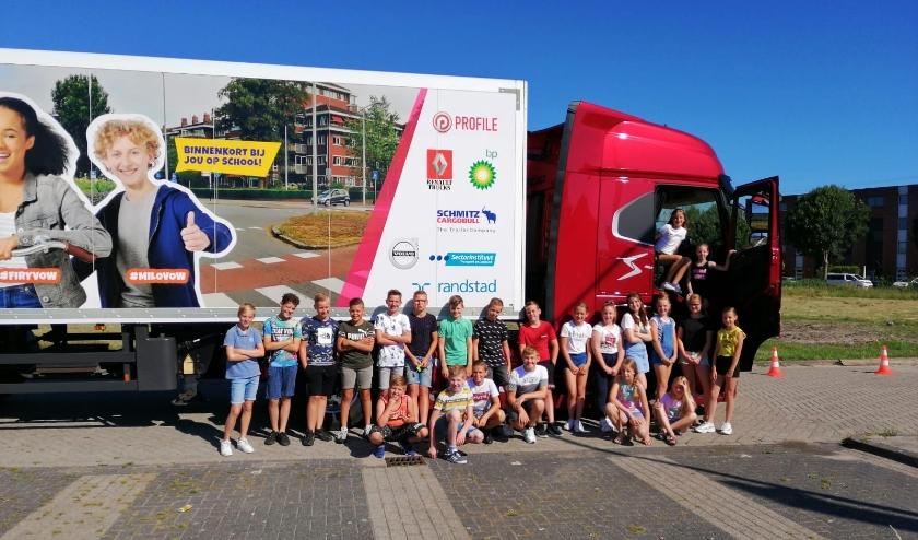 Leerlingen van de groepen 8 van de Prins Florisschool in Papendrecht krijgen les over de gevaren van grote voertuigen in het verkeer.