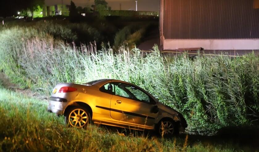 • Eén van de auto's schoot na de botsing van de dijk af.
