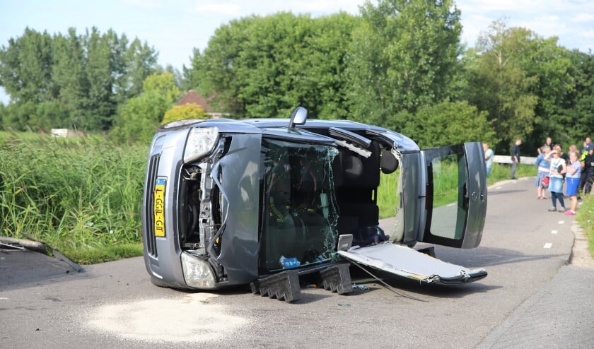 • Een auto belandde maandagavond op zijn kant na een ongeval op de Tussenlanen in Bergambacht.