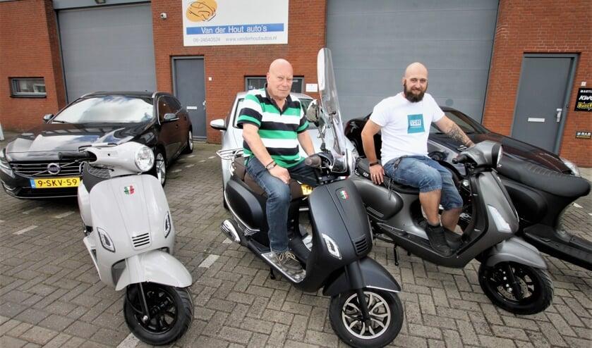 • Cock en Danny van der Hout voor hun bedrijfspand aan de Verlengde Luijtenstraat.