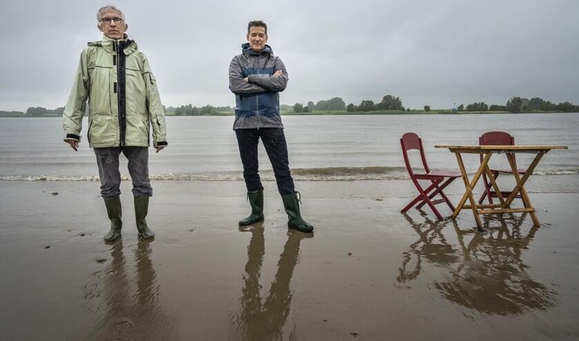 • Sam (links) en Jan. Sam: 'Hoever de zeespiegel stijgt, hangt af van de maatregelen die we treffen.'