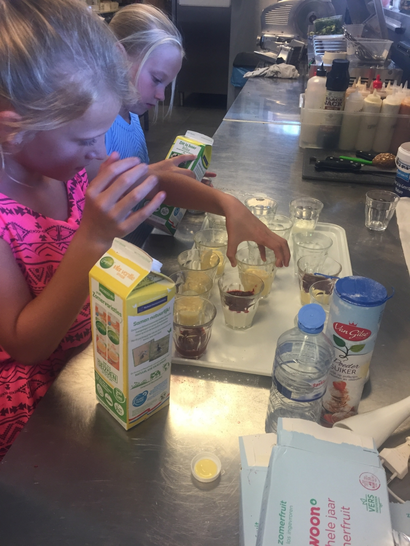 Bereiding van het toetje in het restaurant voor één dag bij de BSO van Hoppas kinderopvang. Foto: Hoppas © Heusden en Altena