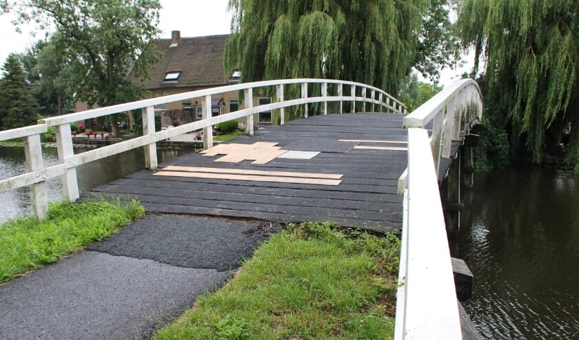 <p>&bull; De Pinkeveerse brug zorgt al maanden voor reuring.</p>