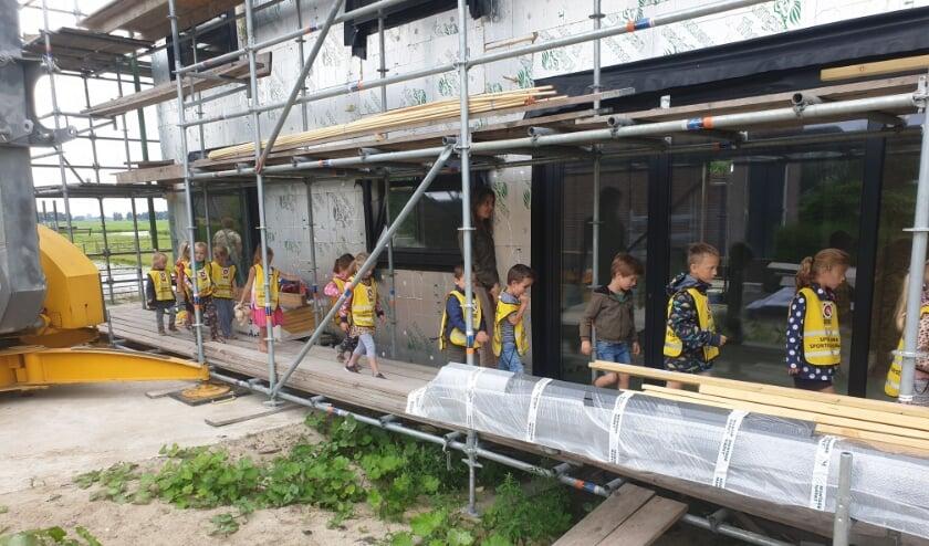 • Goudriaanse kleuters mochten in de laatste week van het schooljaaralsnog van dichtbij een bouwproject bekijken van Bouwbedrijf Kon!