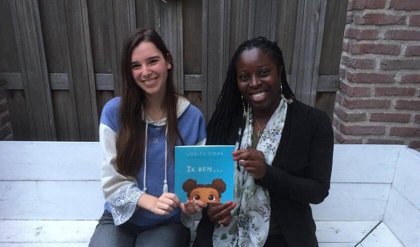 • Manon de Jong en Judith Pinas met het kinderboek.