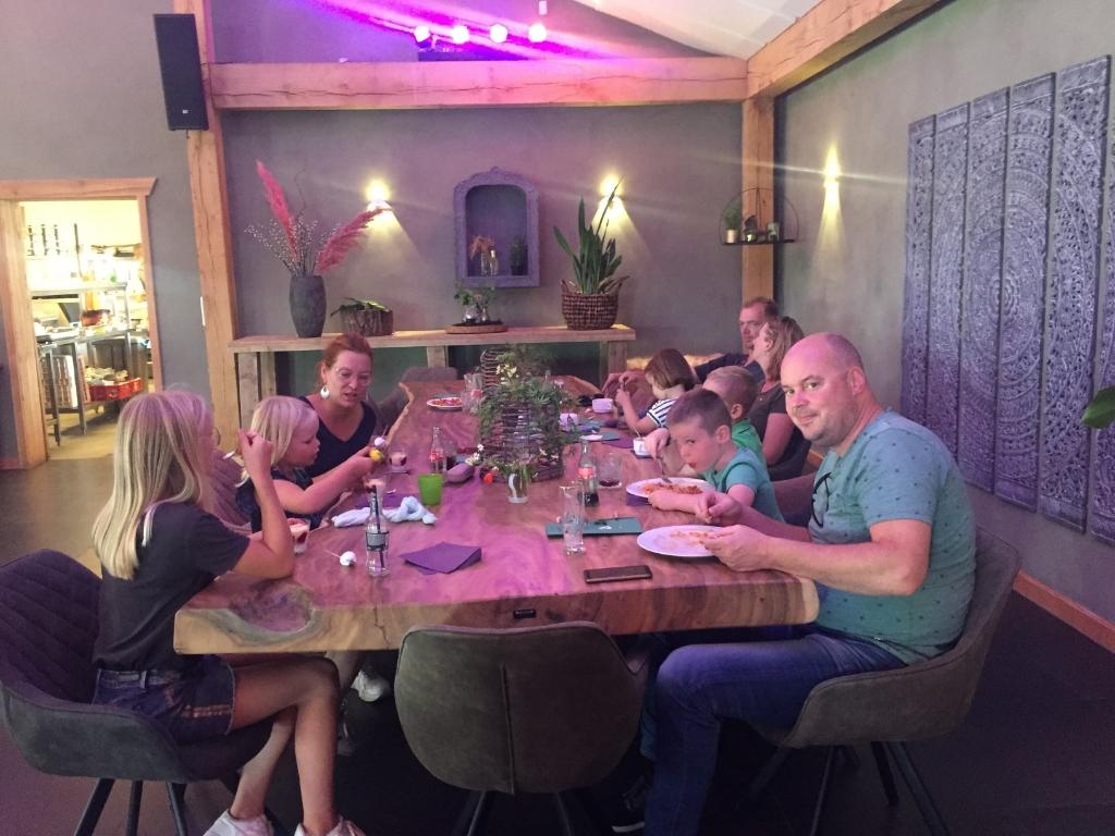 Alle ouders kwamen 's avonds eten. Foto: Hoppas © Heusden en Altena