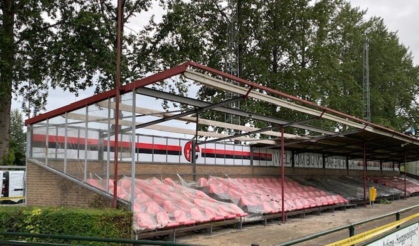 • Het asbesthoudende dak van de tribune van vv Papendrecht is verwijderd.