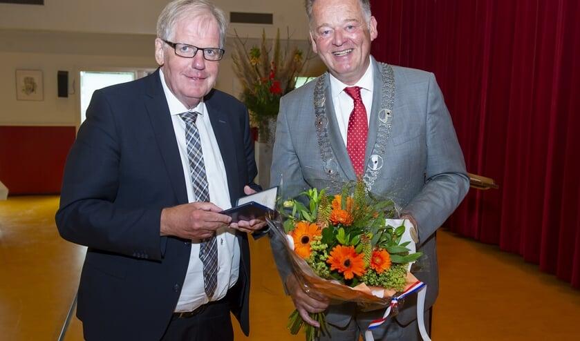 • Leen Prins met burgemeester Roel Cazemier.