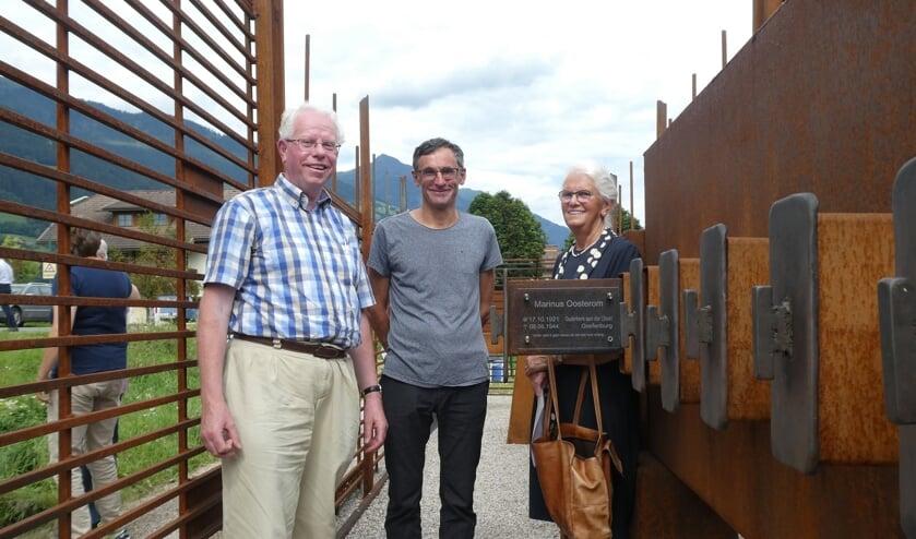 • De naam van Marinus Oosterom kreeg zaterdag een plaatsje op het oorlogsmonument in Greifenburg (Oostenrijk). V.l.n.r.: Arie Jan Meijer, prof.Peter Pirker (voorzitter van het lokale culturele comité) en mevrouw Gerrie Middelkoop-Oosterom, die namens de familie een dankwoord schreef.