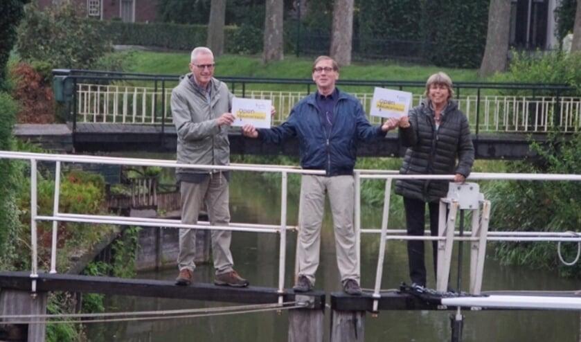 Evert de Jong van Open Monumentendag Montfoort/Linschoten draagt de organisatie over aan Boukje Zandstra (Vereniging Oud-Linschoten) en Lex van Wijk (Stichting Oud Montfoort). (Foto: Hans Bakker)