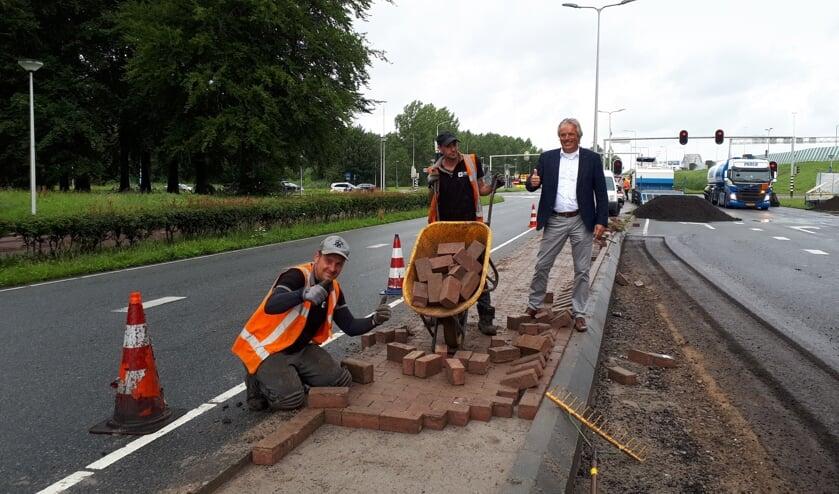 • Wethouder Zevenhuizen is blij met de extra lange opstelruimte op het kruispunt Westelijke Parallelweg/Bentz-Berg.