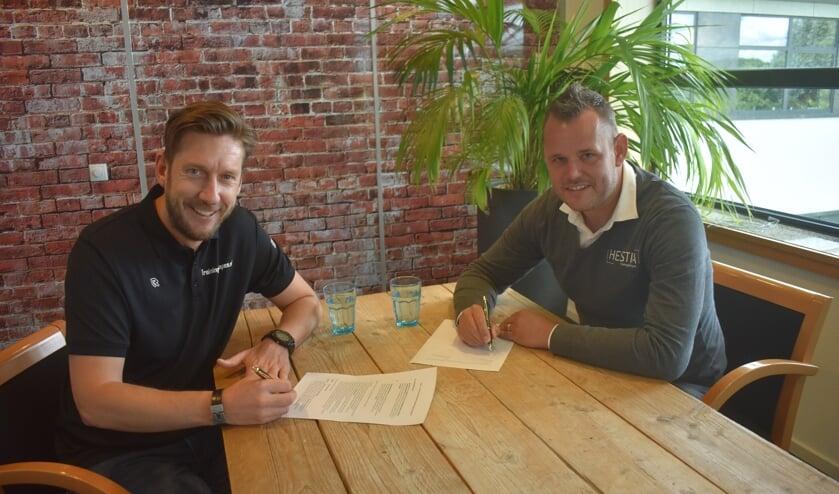 • De ondertekening door Tim van Ammelrooy en Jos Langeland.