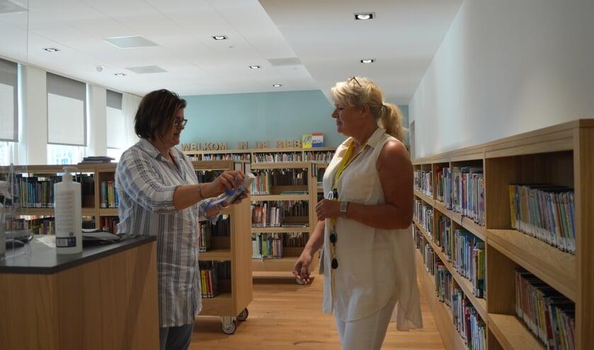 • Ingrid Goeree en Thea de Jong, medewerkers van De Bibliotheek Aanzet  Alblasserdam, nemen de gedichtenbundels in ontvangst.