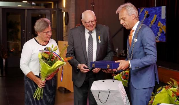• Martien den Besten uit Leerbroek ontvangt de koninklijke onderscheiding. Foto: Geurt Mouthaan © Vianen