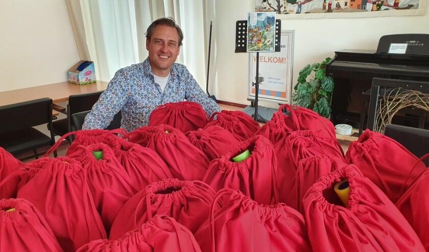 • Patrick Heijnis met de goedgevulde tasjes.
