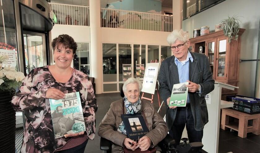 Blijdschap bij de ontvangst van het pakket boeken over Papendrecht, een schenking van Stichting Dorpsbehoud Papendrecht.