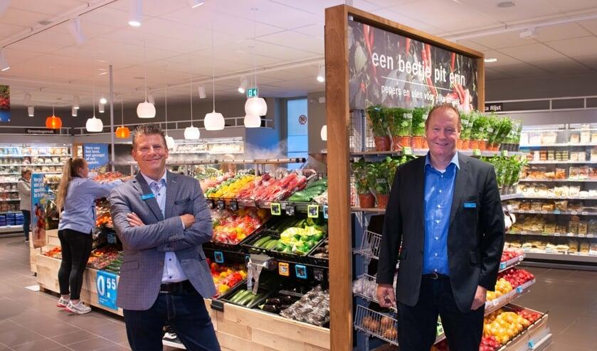 • Albert Heijn Leerdam heeft het allernieuwste winkelconcept. vlnr supermarktmanager Ralph van de Griendt en zijn assistent Jeroen Stijn.