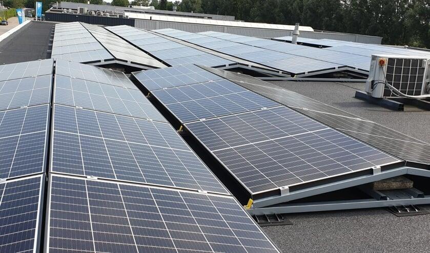 • De zonnepanelen op dak bij Ravensteijn.