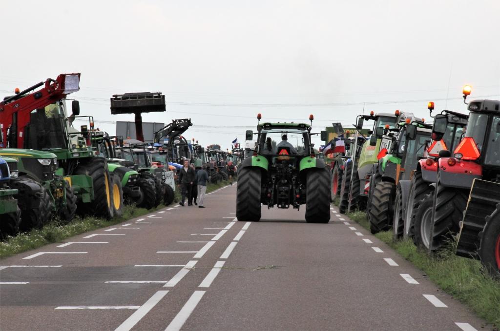 • Na de actie gingen de boeren weer terug naar de boerderij, want velen moesten nog de koeien melken.  Foto: Floris Bakker © Krimpenerwaard