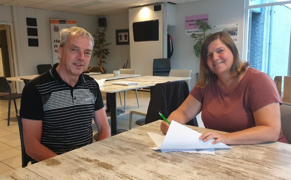 • Contract ondertekening met Peter Maaskant en Monique Brand. Foto: Aangeleverd © Klaroen
