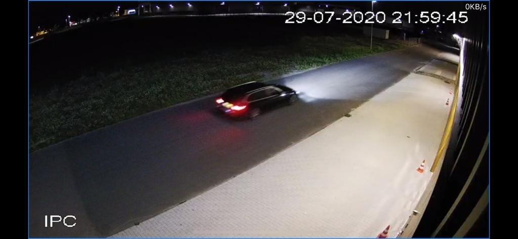 • De auto met daarin de vermoedelijke daders is voor de inbraak op camerabeelden vastgelegd. Foto: aangeleverd © Krimpenerwaard