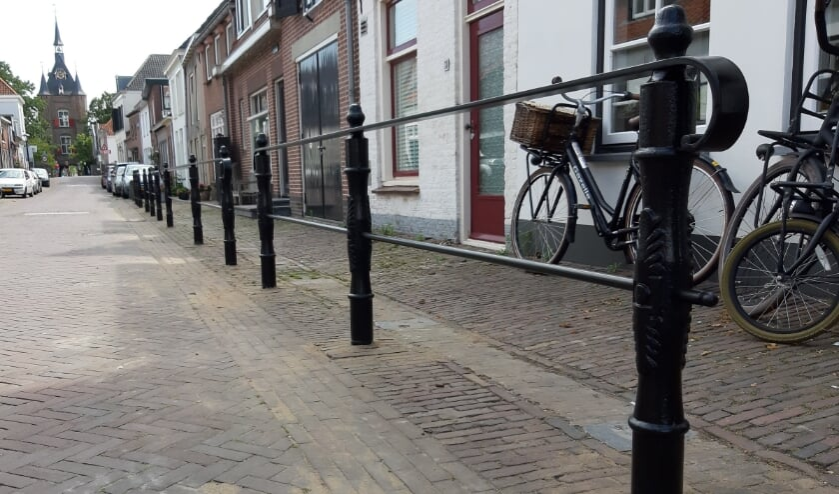 •  Een foto van het teruggeplaatste en gerenoveerde hek.