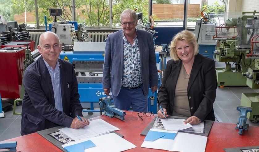 • Onder het toeziend oog van Leen Prins, locatiedirecteur Schoonhovens College, tekenen wethouder Ria Boere en Jeroen Geurst de overeenkomst.
