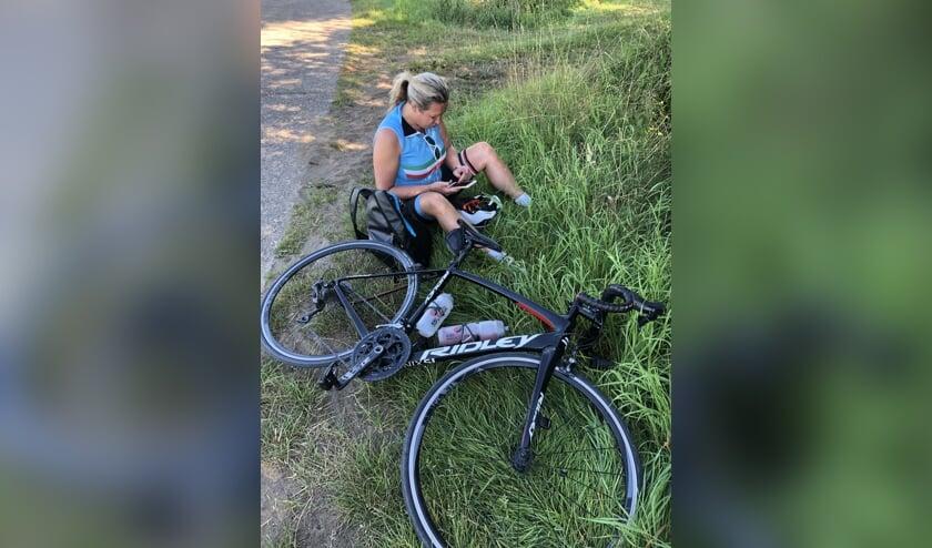 Esther Vroegh neemt even pauze onderweg naar het Sven Nys Cycling Center te Baal (België).