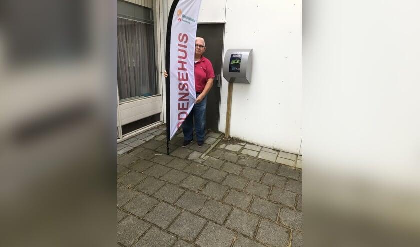 Voorzitter Piet Bezemer toont trots de AED
