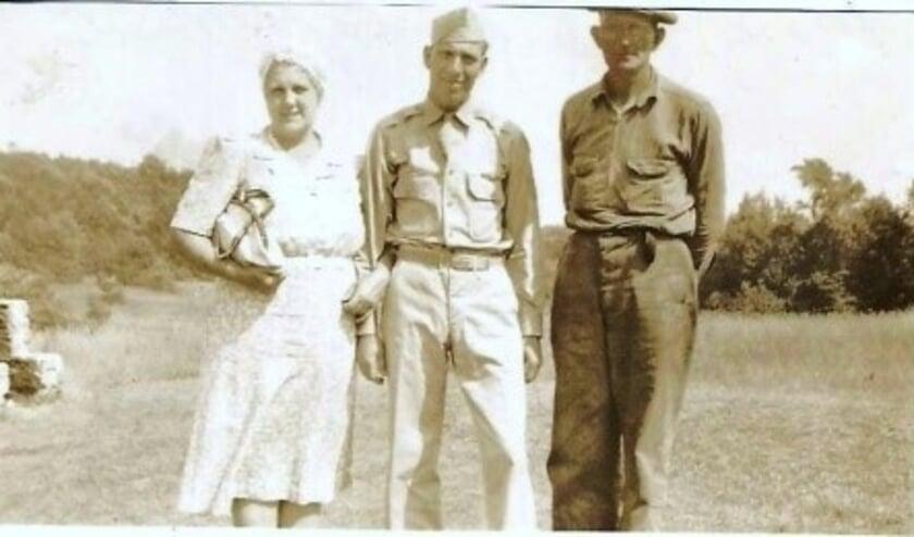 • Robert Martin met zijn ouders Ethel en Frank genomen tijdens zijn laatste bezoek aan zijn ouders op Rhode Island; hierna vertrok hij met de B-17 naar Engeland vanwaar hij op 28 juli 1943 zijn eerste en laatste missie zou vliegen.