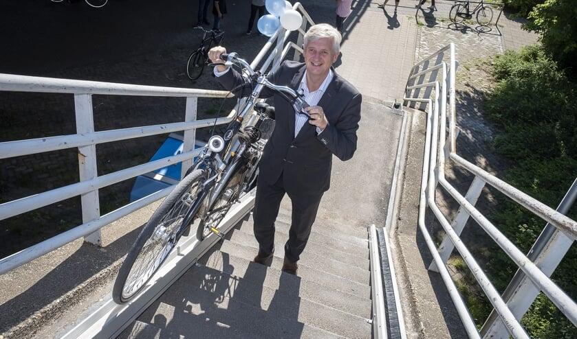 • Wethouder Anthon Timm probeerde maandagochtend de fietslift uit die op de betonnen trap aan de Algerabrug is geplaatst.