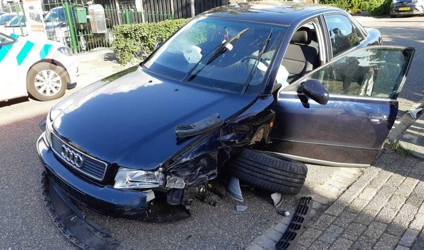 • Bij de aanrijding op de Capellelaan in Ammerstol liepen de Audi en pickup flinke schade op.