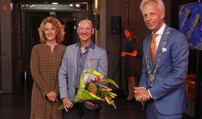 • Hans Brander uit Zijderveld neemt de koninklijke onderscheiding in ontvangst.