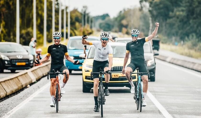 • Devin van der Wiel (midden) juichend over de finish.