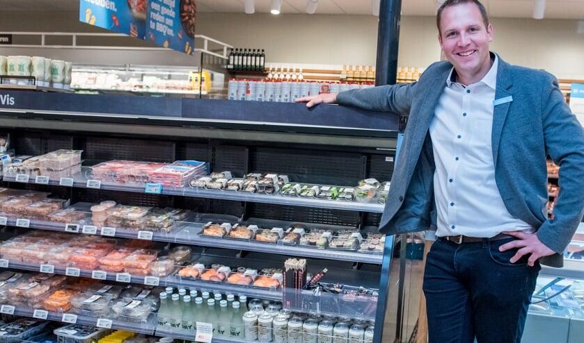 • Supermarktmanager Stephan Neven bij de verse sushi.