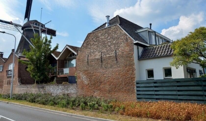 De stadsmuur, zijde Provincialeweg, waar in de muur rechts de bewoner een - diepgelegen - raam in de vorm van een schietgat wil laten plaatsen. (Foto: Paul van den Dungen)
