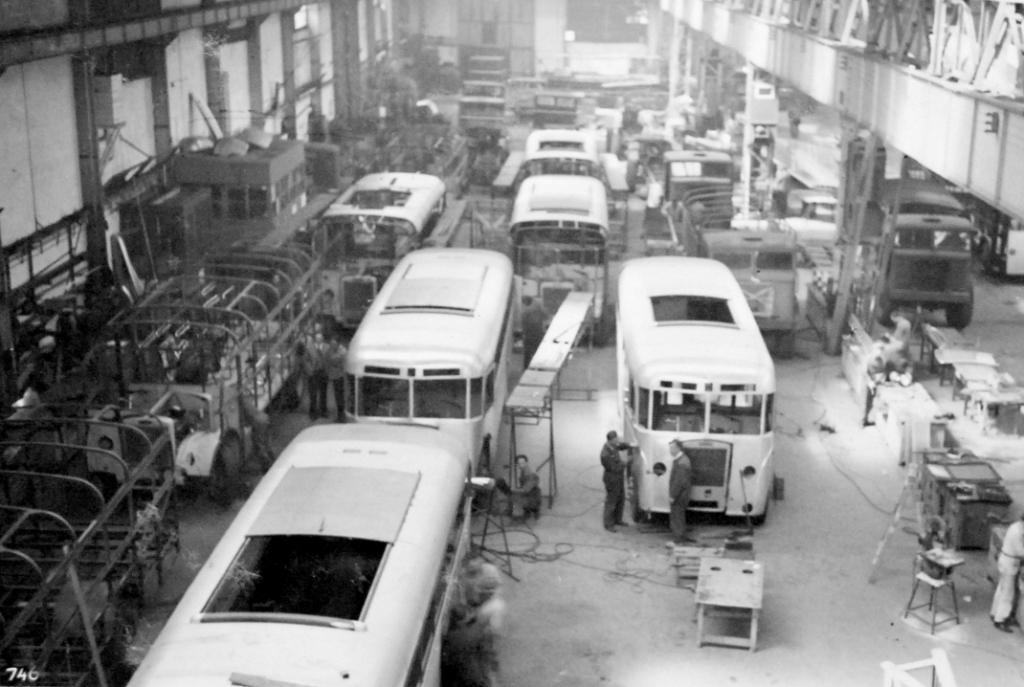 """In 1946 begon men in Papendrecht met een eerste serie van tien autobussen naar eigen ontwerp. Deze bussen waren bestemd voor de """"Twee Provinciën"""". Foto: Aangeleverd © Klaroen"""