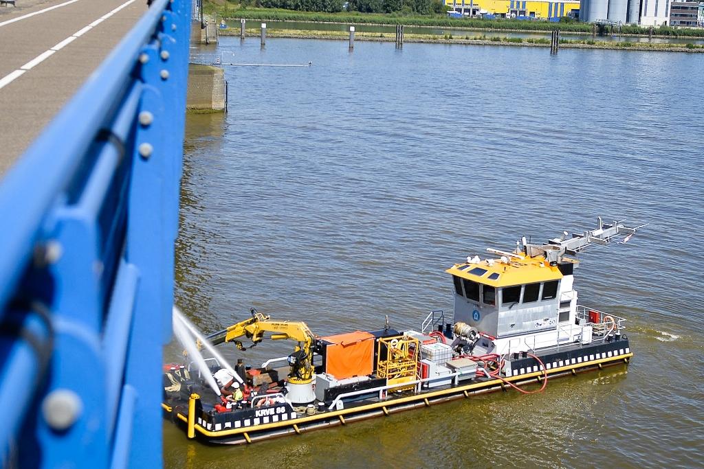 De onderkant van de Merwedebrug wordt gekoeld vanaf een boot. Foto: Teus Admiraal © Alblasserwaard