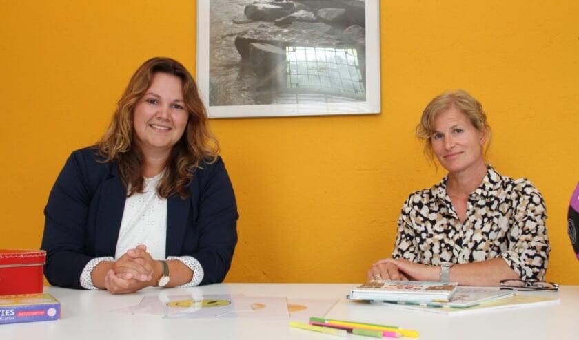 • Nikki (links) en Jolanda helpen ouders en kinderen bij de communicatie