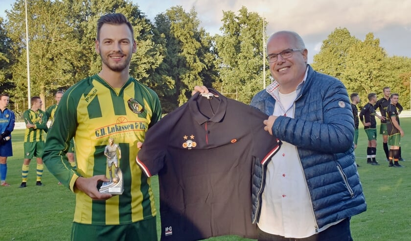 • Mike de Groot en Taki Anastassiadis met trofee en shirt.