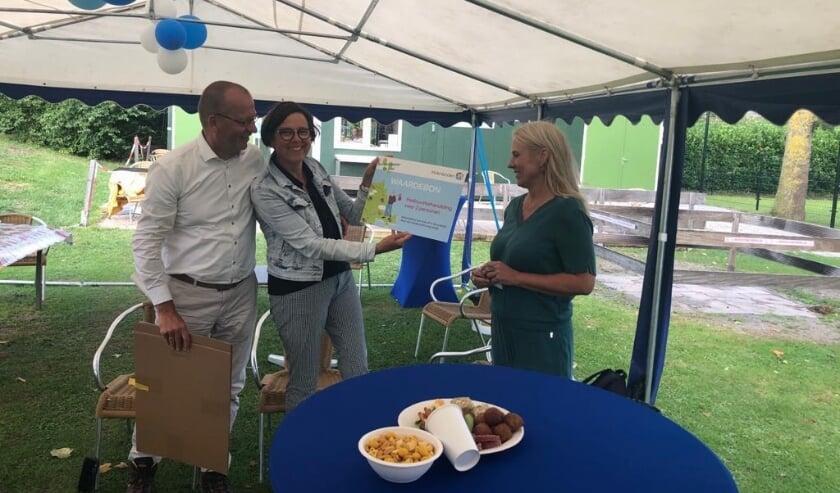 Anneke en Theo Segers ontvangen een waardebon voor de pedicure