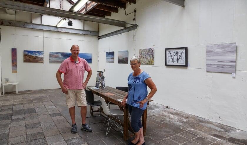 Jan Cor en Marjan poseren voor hun expositie