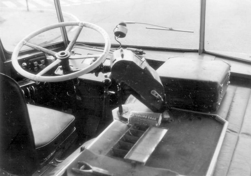 De zitplaats van de bestuurder met het forse houten stuur. Geen mondkapjes aan boord maar wel een pakje Sterling shag van de chauffeur onder de kaartjesautomaat. Foto: Aangeleverd © Klaroen