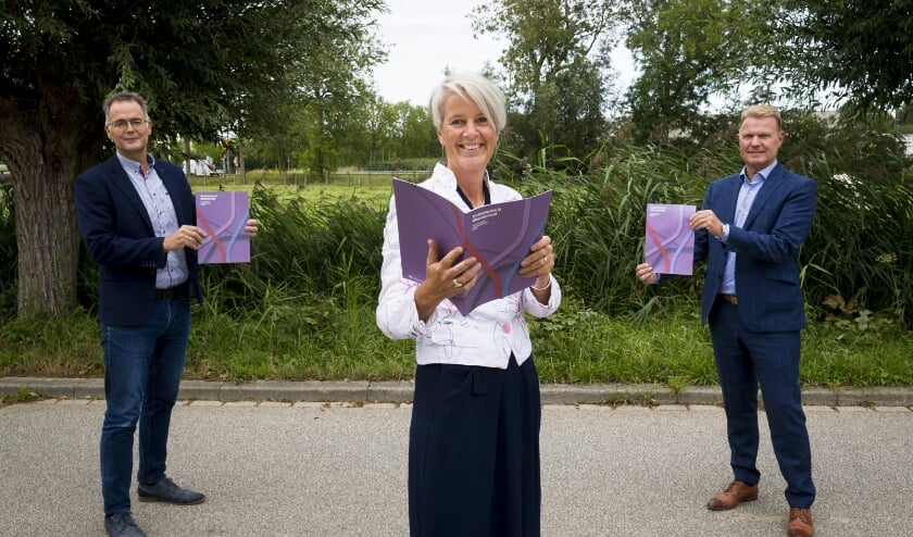 • Namens VVT alliantie Waardenland presenteren Mark van Driest (Zorgkantoor VGZ), Janneke Louisa-Muller (Present) en Paul van Gennip (Het Parkhuis) het visieboek.