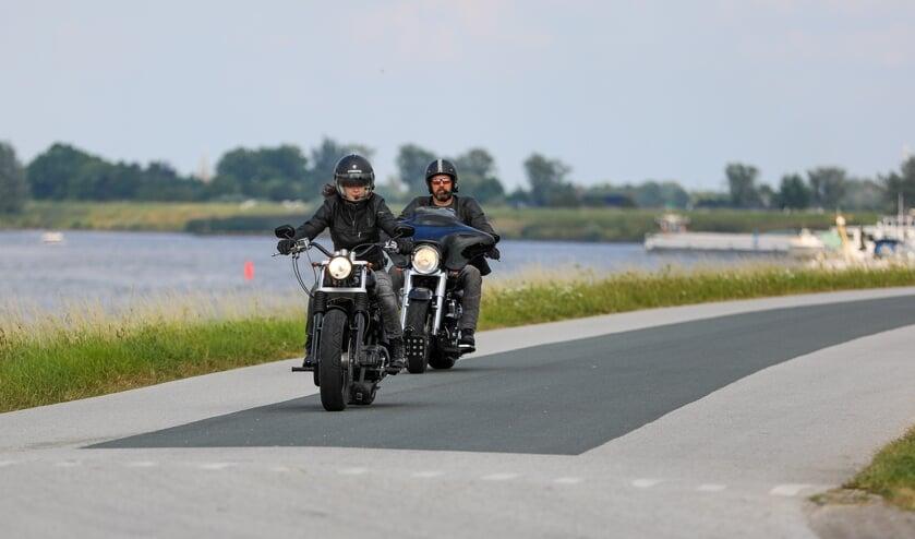 • 'Nette motorrijders', heerlijk toerend over de Lekdijk.