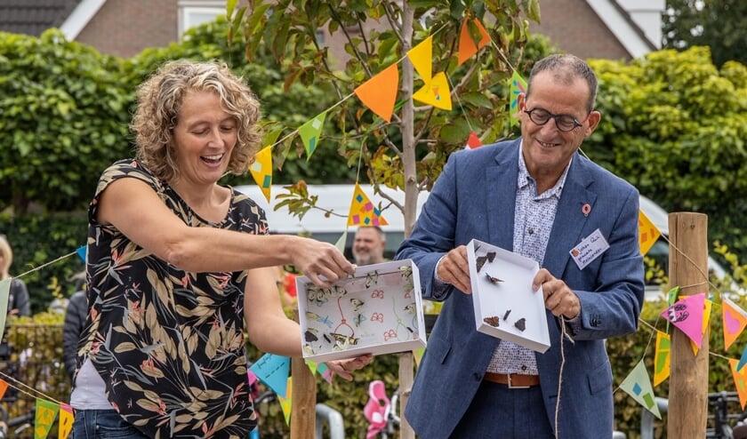 Wethouder Johan Quik laat de vlinders vrij samen met Louisa Broens