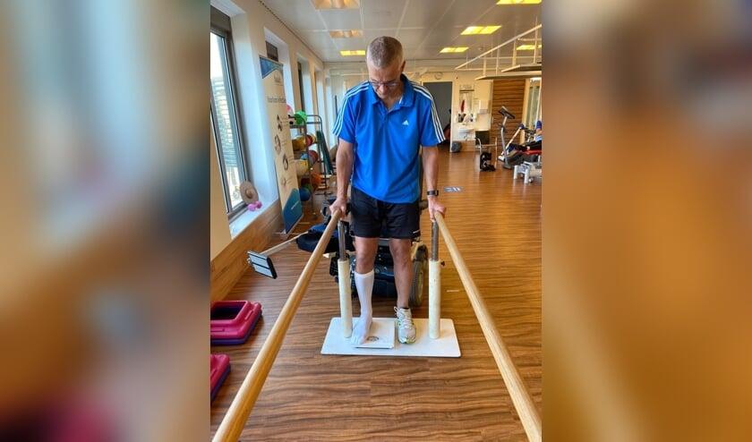 • Wim Rodenburg tijdens therapie in het revalidatiecentrum.