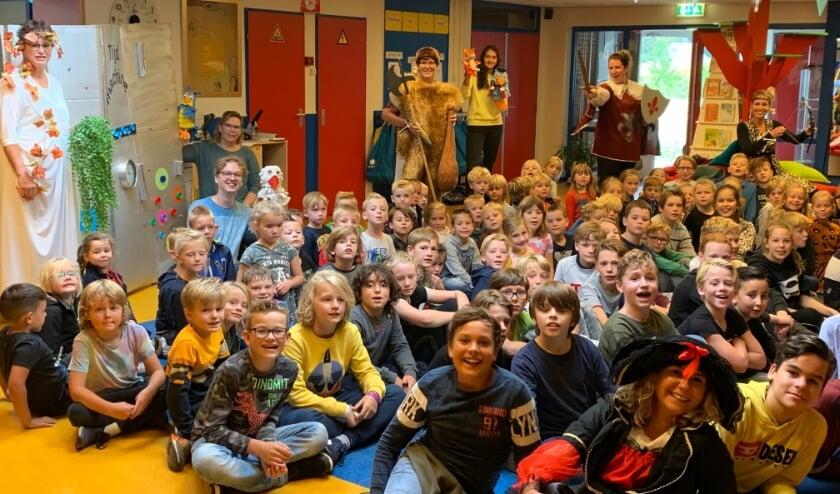 Enthousiaste leerlingen en de verklede juffen van de Springplank