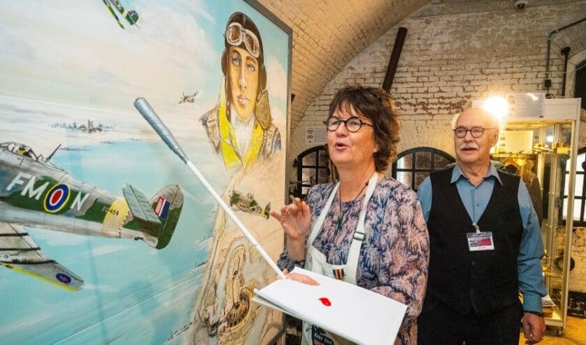 • De Nieuw Zeelandse ambassadeur brengt de laatste penseelstreek aan, onder toeziend oog van luchtvaartschilder Gerrit Kok.