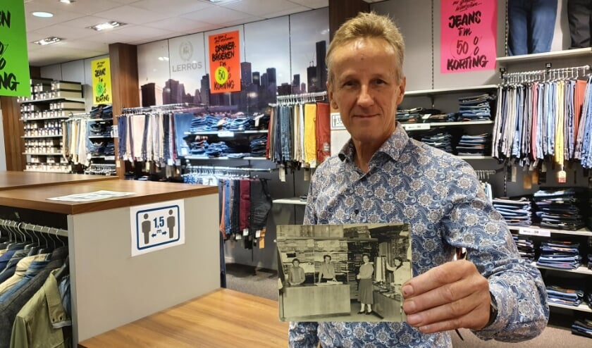 <p>&bull; Johan Bulle met een foto van de winkel in de beginjaren.</p>